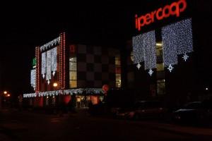 Realizzazione allestimento natalizio esterni centro commerciale Ariosto
